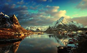 Обои Норвегия Лофотенские острова Горы Зимние Здания Вечер Пейзаж Залив Деревня Города