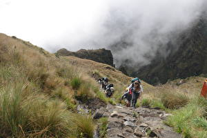Фотографии Перу Камни Горы Альпинизм Туман Тропинка Трава Прогулка Cuzco, Machu Picchu, South America Природа