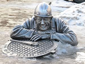 Картинка Россия Мужчины Памятники Снег Omsk, the monument to the plumber stepanych