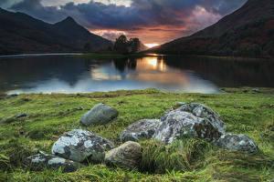 Картинки Швеция Горы Озеро Рассветы и закаты Камень Трава Loch Leven