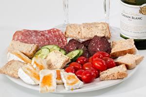 Фотографии Томаты Хлеб Огурцы Тарелке Нарезанные продукты Еда