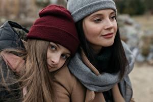 Фотографии 2 Брюнетка Шатенка Шапки Смотрит Девушки