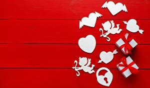 Фотографии День всех влюблённых Сердце Подарки Красный фон