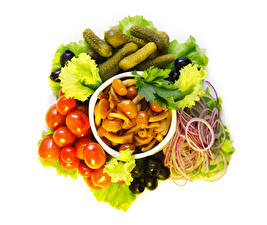 Обои Овощи Грибы Томаты Огурцы Оливки Лук репчатый Белый фон Еда