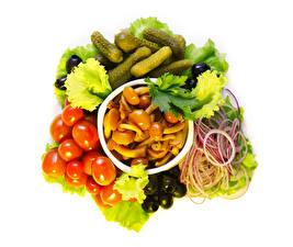 Обои Овощи Грибы Томаты Огурцы Оливки Лук репчатый Белом фоне Еда