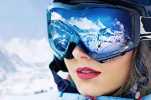 Картинка Зима Гора Лицо Очки Красные губы Отражении молодая женщина