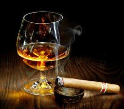 Картинка Алкогольные напитки Бокал Сигарой Дымит Пища
