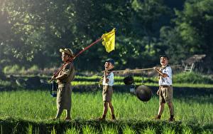 Фотографии Азиатки Мальчишка Шляпы Шорт Трава Три Дети