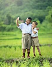 Фотография Азиатки Трава Два Мальчишки Шорты Селфи ребёнок