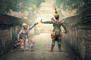 Фотография Азиаты Маски Двое Униформа Танцуют