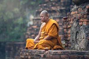 Картинки Азиатка Мужчины Религия Сидит Лысый Униформе Монах