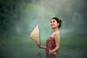 Фотографии Азиаты Вода Брюнетка Шляпа Улыбка