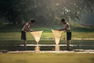 Картинки Азиаты Вода 2 Мальчики Шорты Мокрые Дети