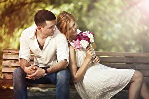 Фото Букеты Влюбленные пары Мужчина Скамья Сидящие Двое Шатенка Улыбается Свидание молодая женщина
