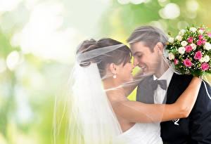 Фото Букеты Влюбленные пары Брак Двое Улыбается Галстук-бабочка Жениха Невесты Объятие молодая женщина