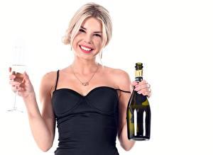 Фотография Шампанское Белый фон Бутылка Бокалы Улыбка Блондинка Девушки