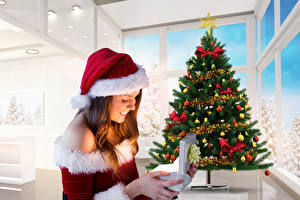 Фотография Рождество Шатенка Подарки Новогодняя ёлка Шапки Девушки
