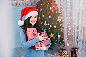 Картинка Рождество Шатенка Подарки Улыбка Взгляд Девушки