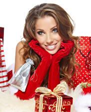 Картинка Рождество Шатенка Взгляд Перчатки Подарки Руки Девушки