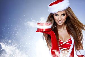 Картинка Рождество Шатенка Шапки Подарки Руки Снег Смотрит Девушки