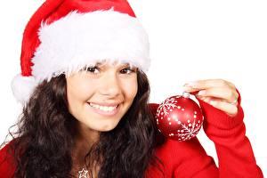 Фотографии Новый год Брюнетка Шапки Улыбка Смотрит Шар Снежинки Девушки