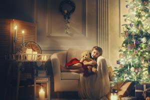 Обои Новый год Свечи Плюшевый мишка Елка Кресло Девочки Подарок Спящий Дети
