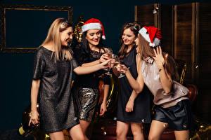 Картинки Рождество Игристое вино Улыбка Бокалы Шапки Руки Платье Девушки