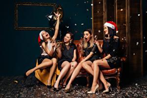 Фотографии Рождество Игристое вино Шапки Бокалы Ноги Счастье Сидящие Девушки