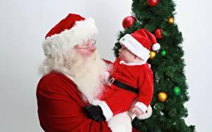 Обои Рождество Новогодняя ёлка Шарики Сером фоне Санта-Клаус Шапки Очков Бородатые Униформе Двое Грудной ребёнок ребёнок