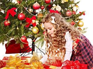 Фото Рождество Елка Бант Шарики Подарки Девочка ребёнок