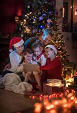 Картинки Новый год Елка Девочки Мальчишка Шапки Гирлянда Дети