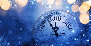Картинки Новый год Циферблат 2019 Снегу