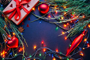 Фотография Новый год Цветной фон На ветке Шарики Электрическая гирлянда Подарок Сердца Шаблон поздравительной открытки