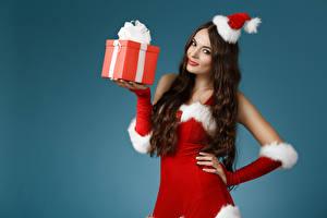 Фотография Новый год Цветной фон Шатенка Униформа Шапки Подарки Взгляд Девушки