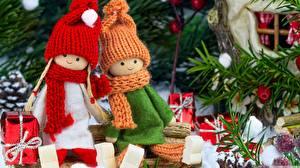 Фото Новый год Куклы Двое Шапки Шарф Сидит