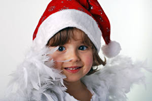 Картинка Новый год Перья Белым фоном Девочки Шапка Взгляд Дети