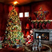 Картинка Рождество Камин Звездочки Новогодняя ёлка Шар Носках Три Мальчишка Девочки Младенцы Подарок ребёнок