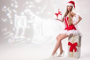 Фото Рождество Подарки Бантик Русые Униформа Сидящие Шапки Ноги Туфли