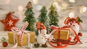 Картинки Новый год Подарок Бант Санки Снеговик Шапка Шарфом