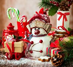 Картинки Новый год Подарки Шишки Бантик Снеговики Шапки Сани