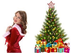 Фотографии Рождество Взгляд Шатенка Улыбка Елка Подарки Звездочки Шар Белый фон Девушки