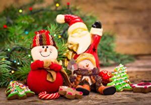 Картинки Новый год Праздники Трое 3 Снеговики Дед Мороз Улыбка Шапки