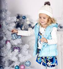 Картинки Рождество Девочки Улыбка Шапки Елка ребёнок