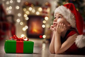 Фото Рождество Девочки Шапки Подарки Руки Дети