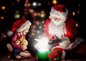 Картинка Новый год Магия Двое Дед Мороз Девочки Сидит Шапки Очки Подарки Бантик Счастье Ребёнок