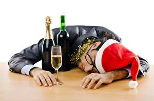 Фото Новый год Мужчины Бутылка Бокалы В шапке Очков Спящий