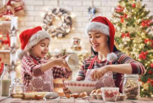 Фотографии Рождество Мама Двое Девочка Шапки Улыбка Рука Дети