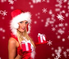 Фотография Новый год Снежинки Подарки Бантик Блондинка Шапки Взгляд Девушки