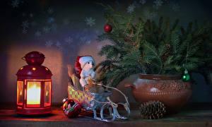 Картинки Новый год Натюрморт Фонарь Ваза Ветвь Шишки Сани