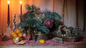 Картинки Рождество Натюрморт Мандарины Игристое вино Свечи Ветвь Шар Бокалы Шишки Пища